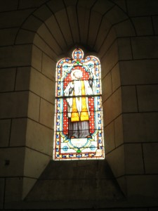 Vitrail d'un saint / Stained glass window of a saintint